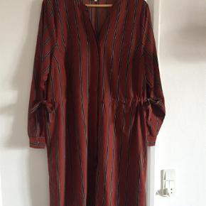 02fc08d6ead Varetype: Langærmet Størrelse: S Farve: Brunlig Flot lang skjorte fra Zizzi  sælges.