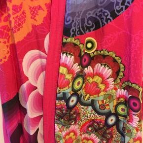 Superlet og farvestrålende kort kimono fra Desigual. Størrelsen er sjusset small/36. Bytter ikke.