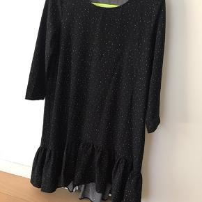 Kjole med et lille peplum skørt og små hvide prikker. Oversize model så kan bruges af xs-m/l