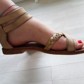 ff9c09f26a7 Fede sandaler i skind med lynlås bag.. kernelæder/guld farver.. Guld