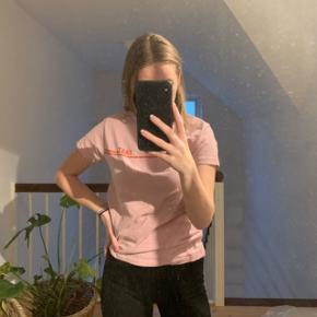 Sælger den her mega fede lyserøde trøje fra envii. Den er brugt meget lidt inden tegn på slid eller nogen huller. Sælges da jeg aldrig får den brugt.