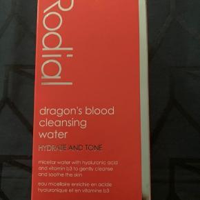 Dragon blood micellar cleansing water 320 ml. Fantastisk som giver en masse fugt til huden. Helt ny fået som gave