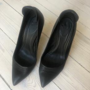 Sælger disse fine Yvonne Koné stiletter i skind. De er brugt enkelte gange og fremstår derfor i rigtig fin stand! Hælen er 10 cm høj.