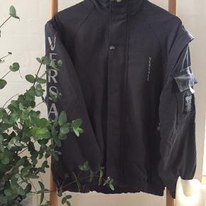 Nice koksgrå Versace Jeans Couture jacket. Ærmerne kan zippes af og så har man en cool vest.