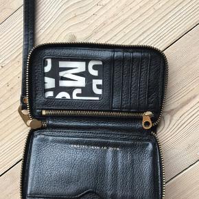 Lækker crossbody taske med tilhørende pung. Slid på hardware men rigtig fin alligevel 👌🏼 Sælges samlet. Mål på tasken er 24 x 25. Pung 9 x 15