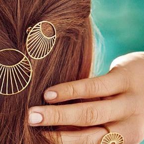 Pris er fast. Bytter ikke. Køber betaler fragt eller kan hentes på Nørrebro.  Sødt hårspænde fra Pernille Corydon. 30mm sender i dertilhørende æske.