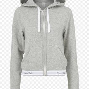 Jeg sælger min grå Calvin Klein hoodie i str xs men en str s ville også kunne passe den. Den er i fin stand uden huller og købte den for ca 11 mdr siden:) jeg kan sagtens sende flere billeder af denn;)