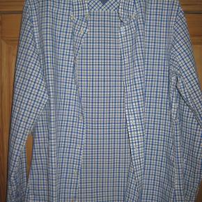 Varetype: Flot ternet skjorte Farve: Blå og hvid  Flot klassisk skjorte fra Hilfiger - blå og hvidternet, custom fit.  Som ny,  Mindstepris: 100 kr. plus p.