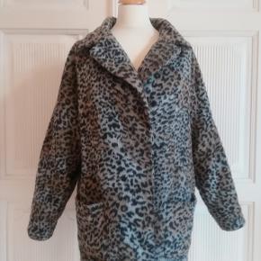 """Frakke, str. 36, Topshop, Leopard  Super behagelig og varm """"vintage"""" fake fur frakke/jakke. God men slidt. Hel og ren. Sort, brun og grå. Med trykknapper og 2 lommer foran. Materiale yderst: 25% uld, 62% polyester, 11% acryl og 2% nylon. For: 100% bomuld. Eventuel fragt lægges oveni: 45 med DAO til nærmeste posthus/butik"""