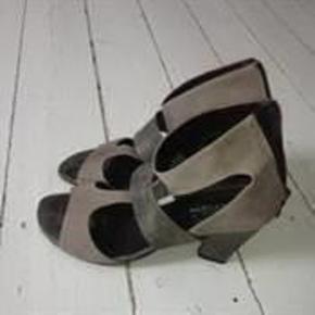 Varetype: sandaler- høje Farve: grå/beige Oprindelig købspris: 1299 kr.  Beskrivelse Flotte sandaler- brugt max 3 gange- men købt for store