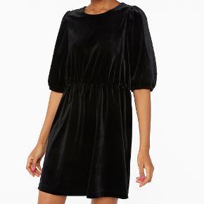 Fineste kjole fra Monki. Brugt 1 gang. BYTTER IKKE!  Bud er bindende, og jeg giver rabat ved køb af flere ting. Byd gerne med TS' system. H&M, Envii, Samsøe, Mango, Zara