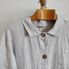 Lækker skjorte kjole i 100% linnen, produceret i Italien
