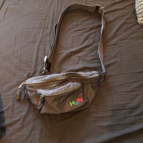 Sælger denne crossbody/mavebælte taske da jeg ikke får den brugt. Nypris: 350kr