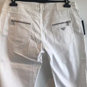 Sælger disse klassiske jeans fra Armani med rå lynlås på lommer :-) Det er str 31, hvilet svarer til 40-42 :-) 98% bomuld og 2 % stræk :-) Har aldrig været brugt og tags sidder stadig på :-)  Sendes gerne på købers regning og handles der over TS, tillægge gebyr🌸