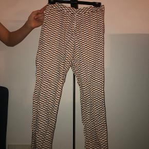 Flotte mønstrede Chinos/habitbukser fra H&M. Bukserne er brugt men de er i god stand. Sælges da de dsv er blevet for små.