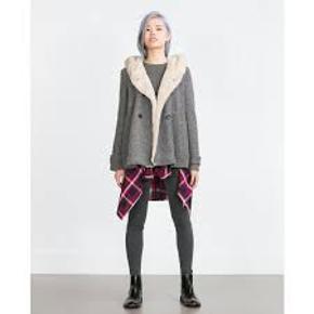 Grå jakke med hætte - fleece i hætte og langs kant. Let foret.  Aldrig brugt - stadig med labels. Ingen fejl/mangler.