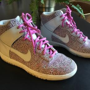 Jeg har max brugt de sko 5 gange.... købt i new York .... skal lige have en klud men er eller så gode som nye, ingen tåmærker i sålen