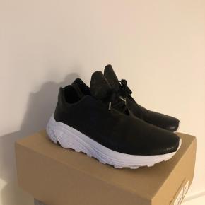 Fedeste sneakers fra TLC! Brugt, men i super fin stand.  Nypris er 2600,-  Str 42 men lidt store i størrelsen!