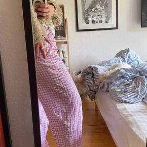 Ternet bukser 💙  Kun prøvet på Sælger disse bukser jeg selv har syet Se har elastikkant for oven  Bruger normalt en small, og er en 168 - se billede for fitpic  Passer også en m evt l  Kom med et bud