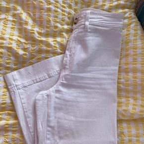 Fine bukser.  Der er kommet en lille plet nederst på den ene bukseben - se billede   Jeg er 157 og det er mig der har dem på på billedet.  Mp 100 kr og evt gebyr. Jeg bytter ikke
