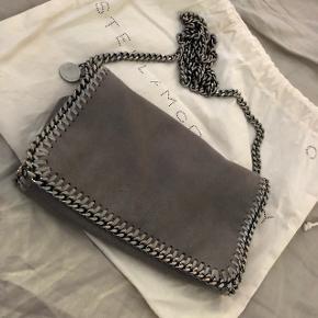Hejsa, sælger denne stella taske, den er utrolig lækker, jeg købte den selv af en pige her inde, den er fra 2016 så det en gammel taske derfor den billige pris plus der er brugsspor på, jeg får den desværre bare ikke brugt som jeg ønsker , jeg har original kvittering og dustbag og alle mærker til tasken, skriv for flere billeder og spørgsmål. Tasken koster 4249 kr for ny, sælger den for 1800