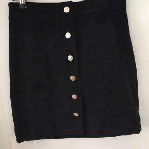 Ruskindsagtig nederdel fra H&M i str. 34 - fitter også en 36. Aldrig brugt ☺️ Kan afhentes i Mørkhøj eller sendes med DAO for 38 kr. 🌻  Toppen sælges også!