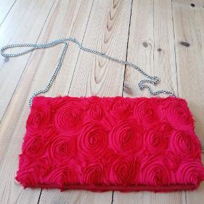Taske med røde roser. Kan bruges med og uden kæderem. Brugt 1 gang.  OBS :køb mere og opnå rabat!!