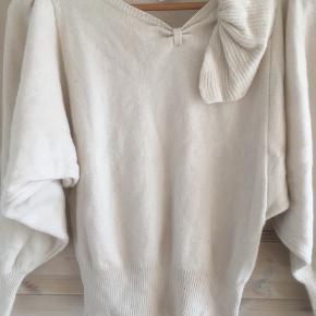 Mærke: Vila  Størrelse: S. Passer også M.  Farve: lyserød Blusen har brede ærmer, som falder flot. En blød bluse.  Materiale: 35% lambs Wool, 19% Angora, 30% viscose og 25% nylon  Sælges 150 kr