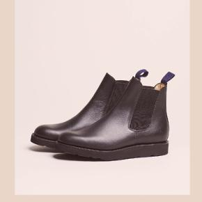 Helt igennem klassisk og lækker Chelsea støvle fra Capital Goods i samarbejde med Sanders. Ny. 2400 Mp 800