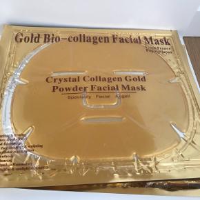 Opfrisk huden med en collagen ansigtsmaske.  Ansigtsmasken indeholder blandt andet transparent collagen, som frigives fra masken, når den kommer i kontakt med huden.   Collagen ansigtsmaskens funktion:  Er fugtgivende og forfriskende. Blødgør huden og gør den spændstig. Mindsker porer. Reducerer fine linjer og rynker. Bekæmper ru hud.  Fjerner tegn på søvnmangel og hævelser. Ansigtsmasken er fremstillet af naturlige planteekstrater, vitaminer, collagen og aminosyrer uden skadelige kemikalier.  Anvendelse:  Masken er let at anvende. Rens først huden, derefter lægger du blot masken over ansigtet og slapper af de følgende 20-30 minutter.  Guld Collagen Masken absorberes automatisk af huden.  Du kan efter brug duppe overskydende fugt væk eller vaske ansigtet med lunt vand, men det er ikke nødvendigt.  Masken anvendes efter behov.  For det bedste resultat anbefales det, at masken kun anvendes én gang, men den kan pakkes ind i indpakningen og bruges 1 til 2 gange mere. Vælger du at genbruge masken er det en god ide at opbevare masken køligt, evt i køleskabet.  Indeholder: Collagen, Salt fra det Døde Hav, Amino syrer, Vitamin C, Vand ( Aqua ) , glycerol, propylenglycol , trehalose , hyaluronsyre , Acacia Gum Senegal , dehydroxanthan gummi , Chondrus Crispus Extract , hydrolyseret kollagen , Syntetisk fluor phlogopit , phenoxyethanol og parfume. Opbevaring:  Guld Collagen Ansigtsmasken skal opbevares tørt og må ikke få direkte sollys og må ikke udsættes for ekstreme temperaturer.  25kr pr stk