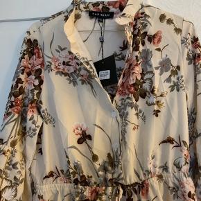 Sød fin kjole købt hos la femme. Svarer ca til en str. m eller lille L.