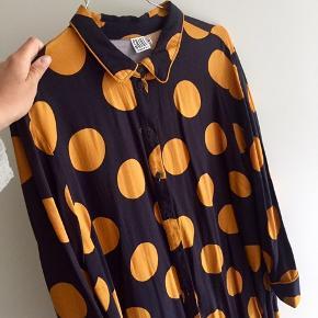 Så fin kjole - mørkeblå med orange store prikker. Som ny.