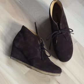 Flot, brun, lav ruskindsstøvle med kilehæl og snøre. Rågummisål. Har været brugt et par gange indendørs, men er og bliver for lille🥺