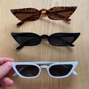 Sælger disse cat eye solbriller i  6 forskellige farver:  Sort Hvid Leopard/brun Lyserød Lilla Rød  Solbrillerne koster 1 stk. 75 kr  2 stk. 120 kr - spar 30 kr  De kan også hentes i Århus  Solbrillerne ligger stadig i original emballage, og er derfor ikke brugt, kun til at vise på billedet