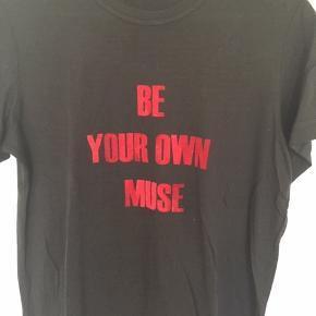 Ny og ubrugt T-shirt fra MB i sort st. Medium.  Jeg har en rød st. Medium og en grå st. Large til salg også. MP pr. stk. 100,00 pp Bytter ikke.