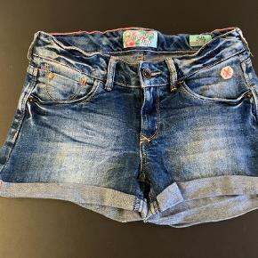 Varetype: Cowboyshorts Størrelse: 11år Farve: Blå Oprindelig købspris: 399 kr.  Rigtig lækre shorts i rigtig god stand. Mindsteprisen er 100 kr pp