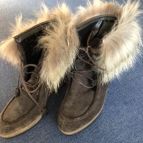 Smarte vinterstøvler med kilehæl og pelskant - str. 40 (normalt bruger jeg 38½/39 - men disse passer) - velholdte og kun lidt brugt   Ruskindsstøvler m/pelskant - Wedges / kilehæl Farve: Brune - se foto