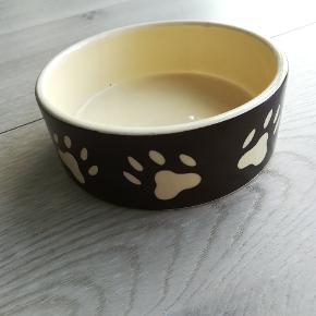 Hundeskål i porcelæn. Ca. 20ø.