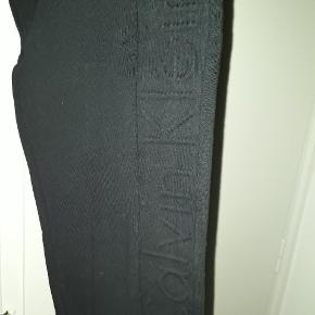 Super fede bukser i tæt vævet bomuldsstof med prægning ned ad venstre ben. Har side - og baglommer med lynlås.  Mål: Liv: 2 × 49 cm. Længde: 106 cm. Indv. benlængde: 79 cm.  100 % bomuld  Nypris 1100,- kr.