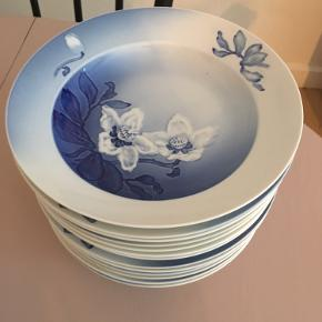 Smukke, meget smukke dybe tallerkner fra Bing og Grøndahl. Prisen er pr. styk.