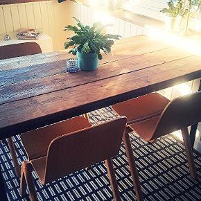 Flot plankebord i fyrtræ ,med sort metal understel  150 cm langt 80 cm bredt 72-75 cm højt / justerbar ben