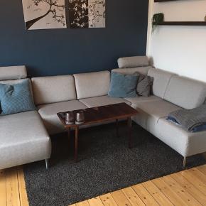 Cleveland hjørnesofa med chaiselong. Sælges da den er for stor til vores nye stue.:) Den er ca. 2 år gammel☺️  Den koster lige nu 7200 fra ny, inkl 2 nakkestøtter. Prisidé: 5200,-  Den fremstår som ny.  Den har stået i et hjem uden dyr, børn og røg☺️
