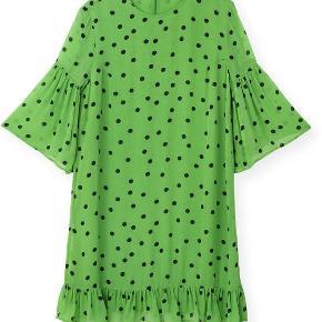 Sælger denne kjole, da jeg ikke får den brugt. Er en str. 38 og den passer mig fint.  Kan mødes og handle, afhentning fungerer også fint. Og jeg kan også selve via DAO (forsikret), koster omkr. 35 kroner oveni.