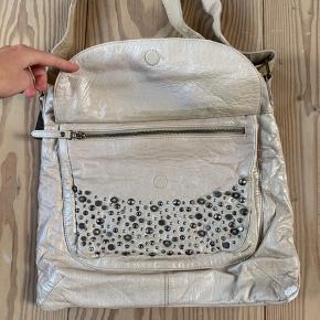 Mega fin DEPECHE taske! Den er brugt, hvilket også kan ses, men den fremstår stadig fin og brugbar🌟
