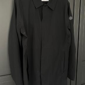 Hul i den ene lomme. Kan fikses hos en skrædder. Udover det er jakken i perfekt stand!