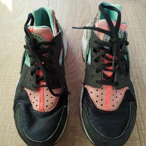 Byd gerne! Nike Air Huarache Run sneaks i størrelse 41, men er selv størrelse 40 og kan ikke passe dem længere. Så er nok mere en 39- lille 40. De er brugt, men stadigvæk rigtig fine, selvom selvfølgelig slidte.