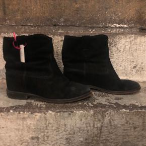 Isabel Marant Crisi' wedge boots i str 38.  De er brugt, men i god stand.   Sorte kile støvler fra Isabel Marant. Fremstillet af ruskind. Indbygget kile. Lys brun læder sål.
