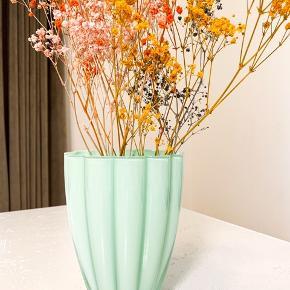 Fineste vase i glas 🗽 300kr   Super søde stager i porcelæn og fint mintgrøn farve. 🧼🍬 200kr for sættet.   Sender gerne 💌
