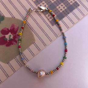 Perle Armbånd i sølv farver  med ferskvandsperle Ⓜ️ Mål: 16 cm - 16.5 Låsen er forsølvet messing  💮 Prisen er fast og inkl Porto