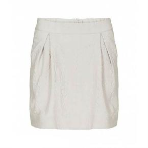 """Varetype: Sød nederdel Farve: Nude Oprindelig købspris: 700 kr.  Superfin nederdel med foer og ribkant bagpå.  Lommer i siderne.  Brugt 2 gange og fejler intet.  Længde 43 cm. Livvidde 86 cm. men kan give sig meget mere pga elastikken bagpå.    TRYK PÅ """"KØB NU"""" FOR AT SIKRE DIG HANDLEN :-)"""